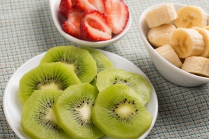 Low-FODMAP fruits: kiwi, strawberries and ripe bananas