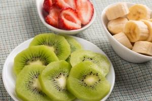 Low-FODMAP fruits: kiwi, strawberries and ripe bananas